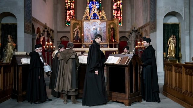 Mehrere Pfarrer stehen in einer Kirche