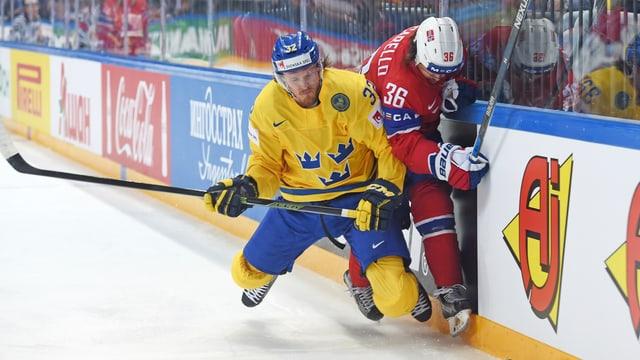 Magnus Nygren in einem Zweikampf an der Bande