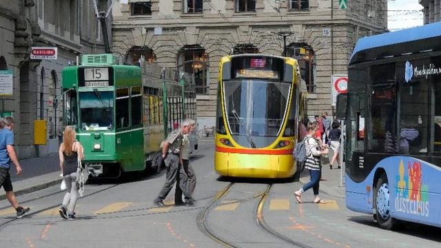 Trams und Bus an der Schifflände