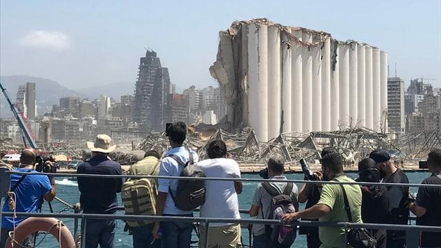 Journalisten fotografieren zerstörte Skyline