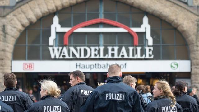 Polizisten stehen in einer Reihe vor dem Eingang des Hamburger Hauptbahnhofs
