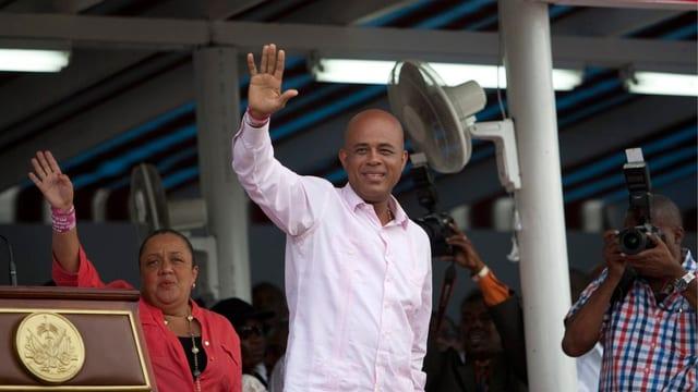 Haitis Präsident Martelly winkt in die Menge. Dahinter die First Lady.