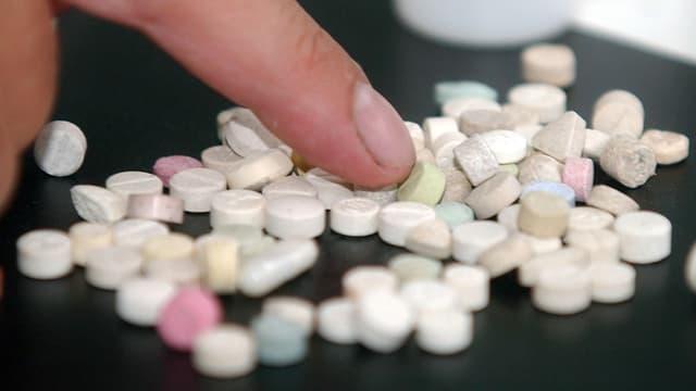 Zahlreiche Designerdrogen in Form von Tabletten.