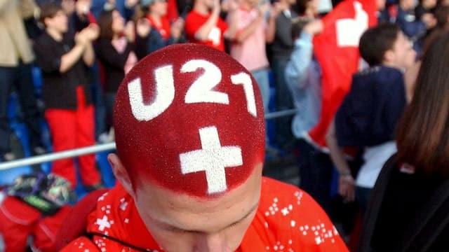 Ein Fan der Schweizer Nationalmannschaft hat seine Haare rot gefärbt und in weissen Lettern «U21» darauf gesprayt.