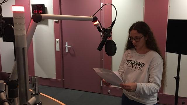 Mädchen vor Mikrofon im Studio