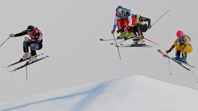 Quatter skiunz durant la cursa dal skicross.
