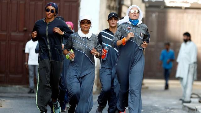 Frauen joggen durch die Strassen in Jeddah. Einige verschleiert, andere nicht.