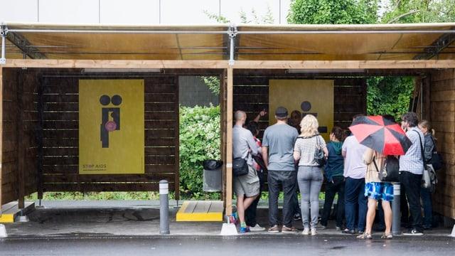 Besucher schauen sich die Sexboxen an am Tag der offenen Tür.