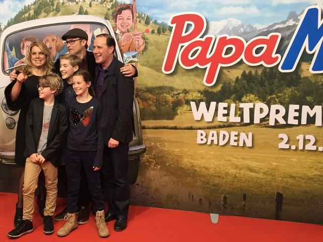 Eine Gruppe von Schauspielern vor riesigem Papa Moll-Plakat