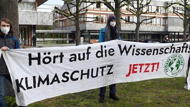 Zu sehen Demonstrierende in Karlsruhe.