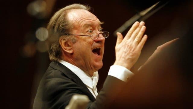 Der Dirigent Nikolaus Harnoncourt in Aktion.