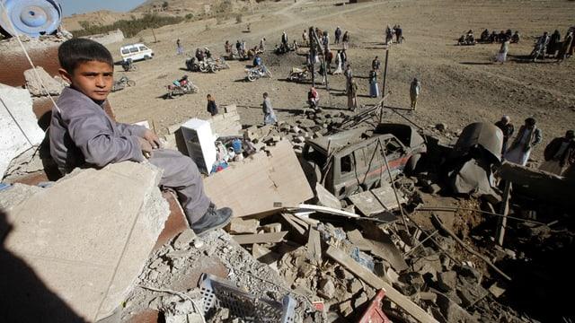 In mattet sesasin las ruinas d'ina chasa destruida a Sanaa, Jemen.