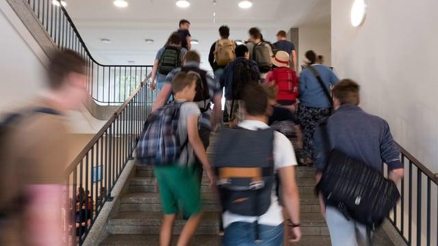 Junge in einem Gymnasium