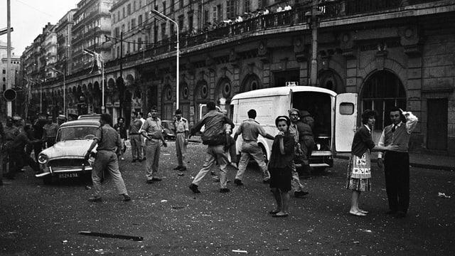 Szenen nach einer Bombenexplosion in Algier im Unabhängigkeitskrieg.