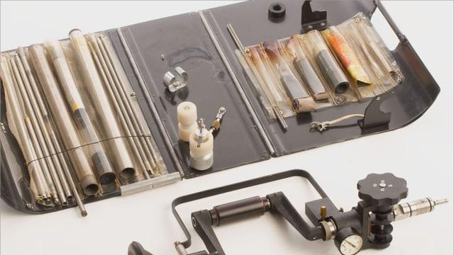 Werkzeugkasten, um Abhörwanzen zu installieren, mit Bohrer und Röhrchen.