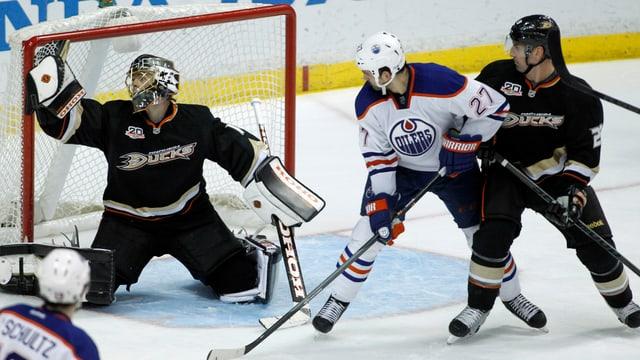 Jonas Hiller bei einer seiner seltenen Paraden gegen die Edmonton Oilers.