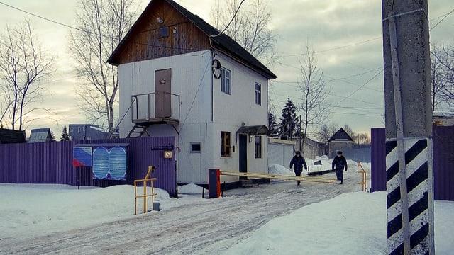 Eingang zum Straflager im verschneiten Russland.
