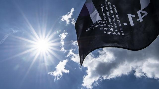 Flagge der Literaturtage vor blauem Himmel mit Sonne