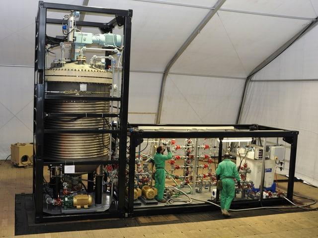 Das Herzstück der Hydrolyse ist in zwei Containern eingebaut. Im linken Container befindet sich ein Titan-Reaktor.