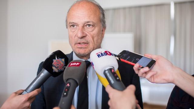 Stadtrat Filippo Leutenegger erklärt sich vor den Medien