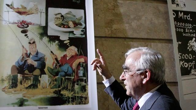 Theo Waigel vor Karikaturen