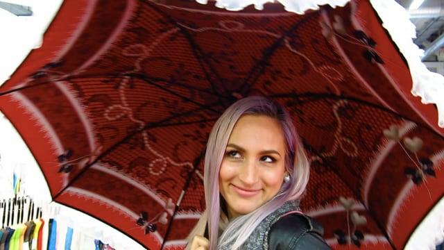 Frau unter einem Schirm