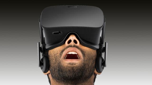 Mann mit VR-Brille schaut nach oben.