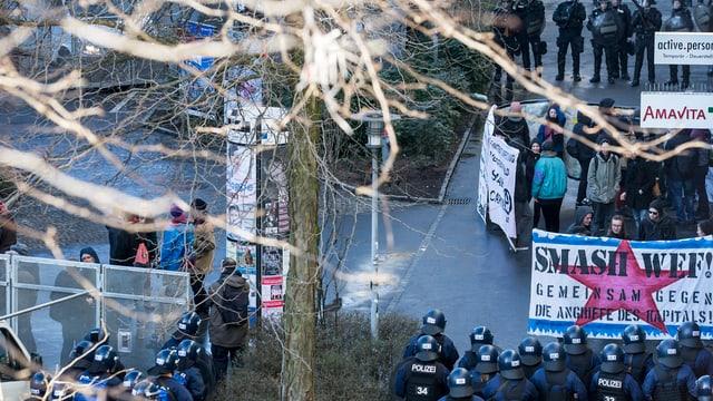 Die Polizei kesselte die Anti-WEF-Demonstranten ein