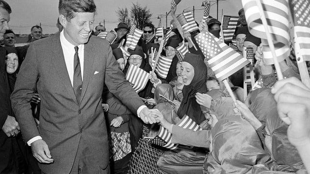 John F. Kennedy wird von Kindern und Nonnen des «Convent of Mery» in Dublin begrüsst.