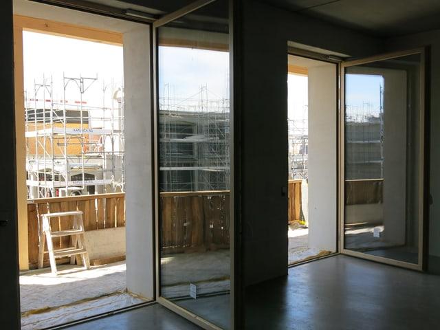 leerer Raum mit grossen Fenstern