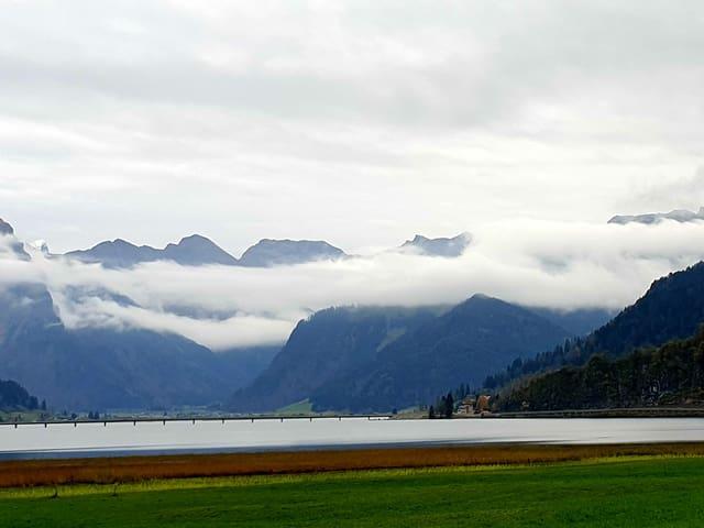 Nebelfelder liegen über dem Wasser, die Wolken am Himmel lockern sich ein wenig auf.