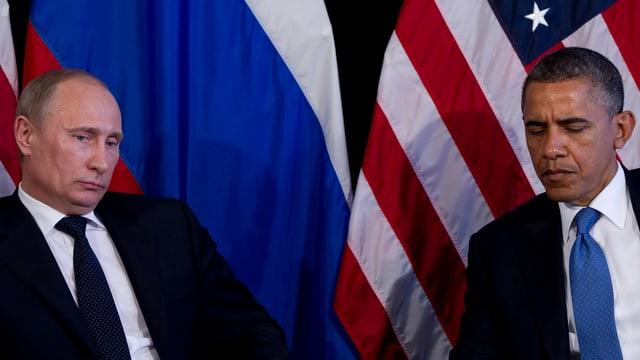 Bild von Wladimir Putin und Barack Obama vor einer russischen und einer amerikanischen Flagge.