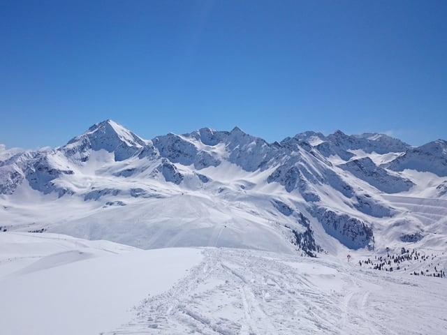 Herrlicher Wintertag, tiefverschneite Berge bei strahlend blauem Himmel.