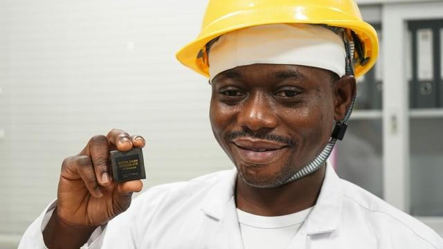 Conrad Nettey, Betriebsleiter bei Niche Cocoa, präsentiert die in Ghana hergestellte Schokolade.