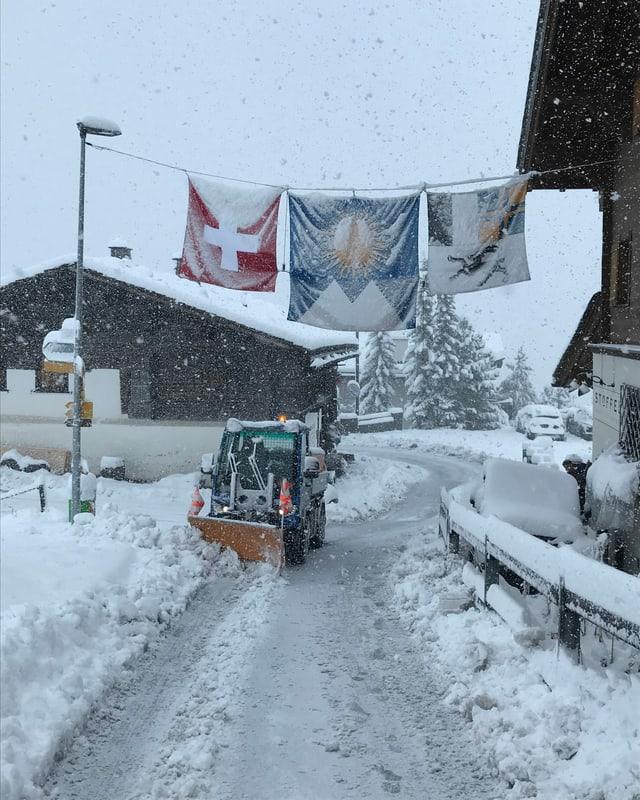 In Innerarosa muss vor lauter Schnee bereits die Strassse gepflügt werden