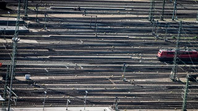 Symbolbild: Viele Bahngeleise, aber nur eine Lokomtive.