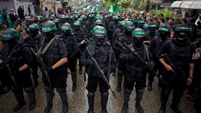 Hamas-Kämpfer bei einer Parade.
