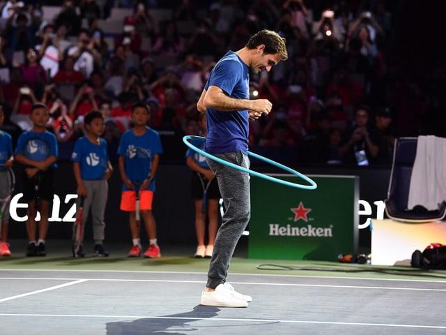Roger Federer mit einem Hula-Hoop-Reifen.
