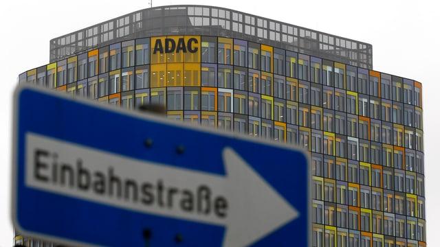 ADAC-Gebäude mit Schild Einbahnstrasse