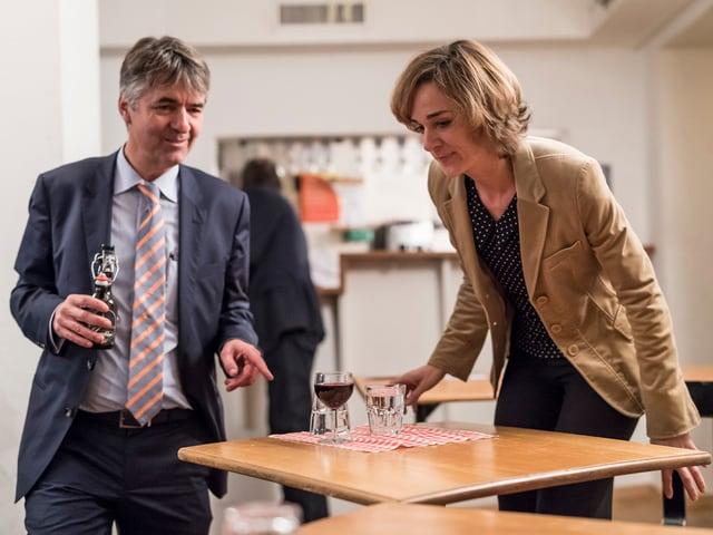 Ursula Wyss und Alec von Graffenried setzten sich gemeinsam an einen Tisch.