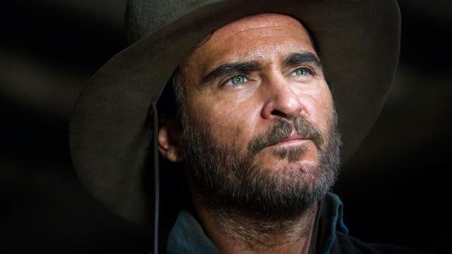 Nahaufnahme eines Cowboys, gespielt von Joaquin Phoenix.