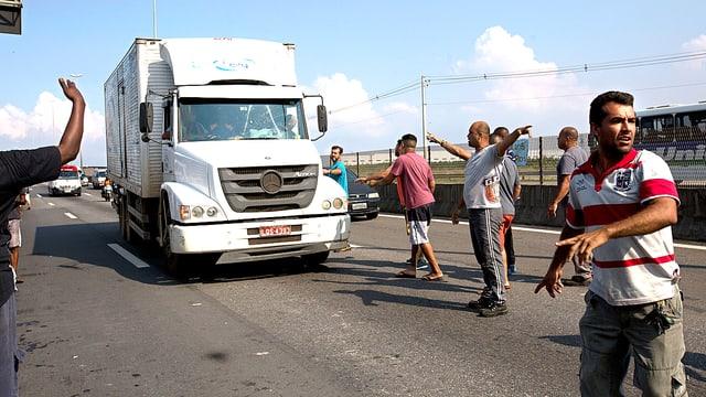 Camion auf der Strasse.