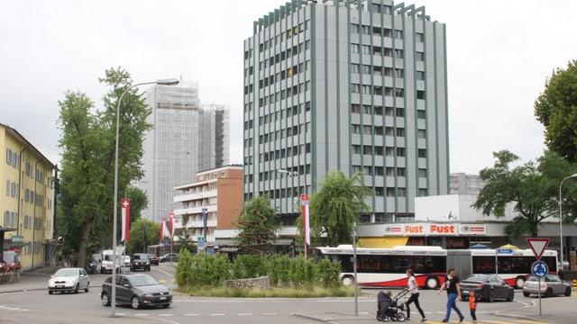 Kreise mit Autos, Hochhäuser im Hintergrund.