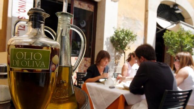 Olivenölkaraffe im Restaurant.