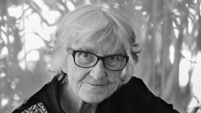 Schwarzweissfoto einer älteren Frau mit Brille