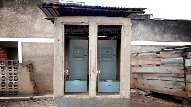 Fotomontage von einer Doppellatrine in Afrika, in die die neuartige Toilette eingebaut wurde.