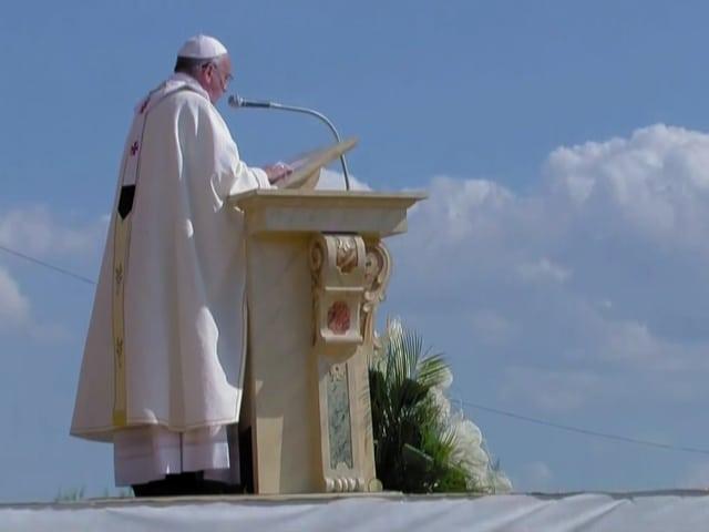 Papst Franziskus hält eine Rede.
