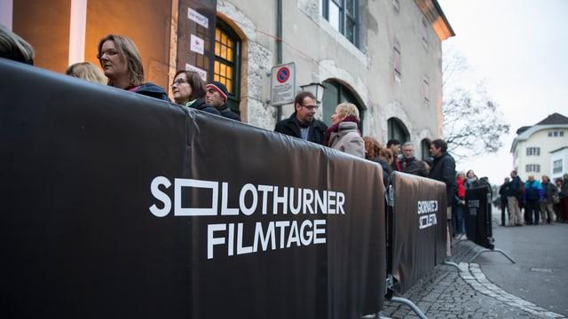 Schlangestehen bei den Filmtagen im Jahre 2015 vor dem Solothurner Landhaus.