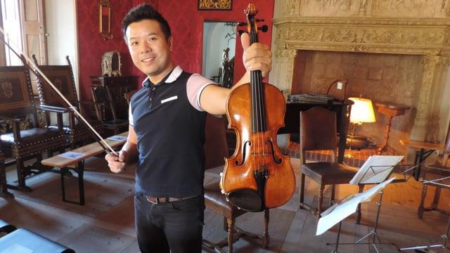 Xiaoming Wang cun la violina Stradivari cun il num Aurea dal 1715