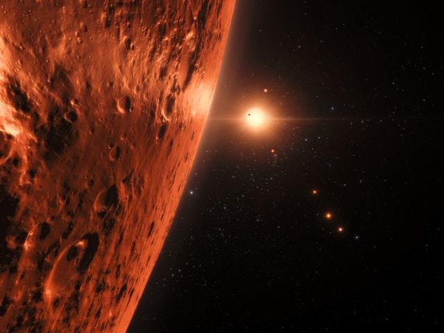 Im Vordergrund ein grosser Planet, im Hintergrund der kleine Rote Zerg.